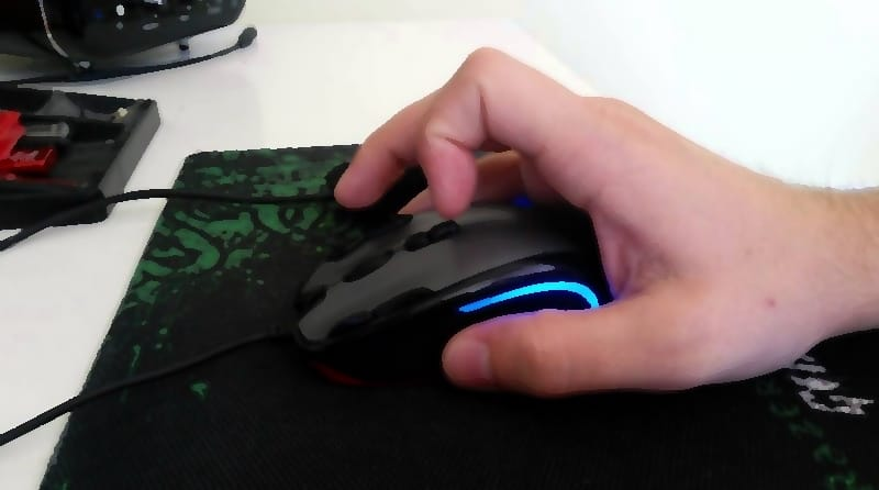 gamer using the mouse